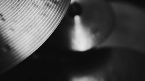 Цимбалы набора барабанчика черно-белые сток-видео