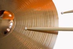Цимбала и drumsticks Стоковая Фотография