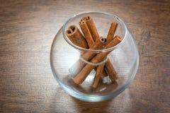 Циннамон в бутылке для курорта, конца вверх на деревянном Стоковые Изображения RF