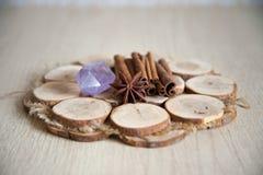 Циннамон и анисовка на деревянной плите Стоковая Фотография