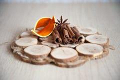 Циннамон и анисовка на деревянной плите Стоковые Фотографии RF