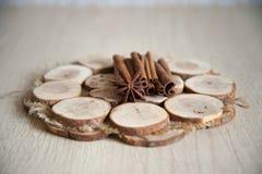 Циннамон и анисовка на деревянной плите Стоковые Изображения RF
