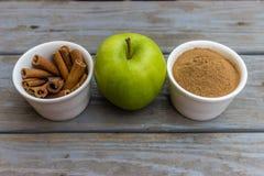 Циннамон и зеленое яблоко Стоковые Изображения