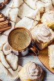 Циннамон и сливк Cinnabon для чая Стоковые Изображения RF