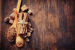Циннамон, какао и сахар на деревянном столе Стоковое Изображение