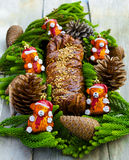 Циннамон рождества и украшенный торт гайки Стоковые Фото