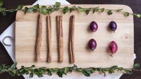 Циннамон, травы и ягоды на положении квартиры прерывая доски Стоковые Изображения