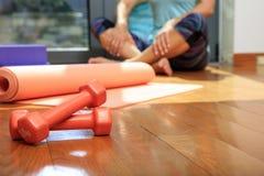 Циновка и гантели йоги на деревянном поле Стоковые Фотографии RF