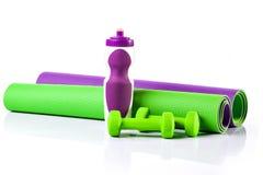 Циновка йоги в крене гантели 2 вода версии растра иллюстрации бутылки Стоковые Изображения RF