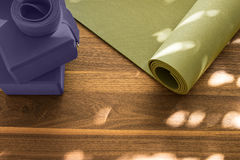 Циновка йоги на деревянном поле Стоковые Изображения