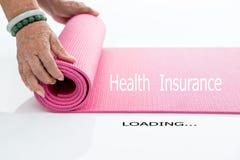 Циновка йоги пинка завальцовки старшей руки на белизне Стоковое Изображение