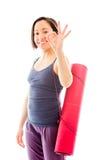 Циновка нося тренировки молодой женщины показывая одобренный знак Стоковое Изображение RF