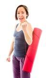 Циновка нося тренировки молодой женщины празднуя успех Стоковые Изображения RF