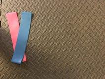 Циновка спортзала с диапазонами сопротивления Стоковое фото RF