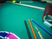 Циновка с различными неподвижными инструментами, съемка вырезывания сверху Стоковая Фотография