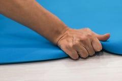 Циновка тренировки сжатия женщин Тренировка женщин трудная Женский учебный план прочности Стоковые Фото