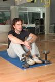 циновка человека тренировки dumbbels стоковая фотография rf