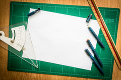 Циновки вырезывания, бумага, чертежи ручки, регулируют инструмент угла, масштаб стоковые фотографии rf