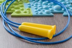 Циновки и веревочка скачки на поле Стоковое Изображение RF