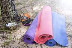 3 циновки йоги на песчаном пляже леса, расположенном близко Стоковые Изображения RF