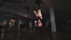 Циркаческие женщины делая фокусы на воздушном обруче видеоматериал