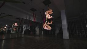 Циркаческие женщины делая фокусы на воздушном обруче акции видеоматериалы