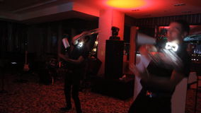Циркаческий бармен выставки выполняя движение выставки видеоматериал