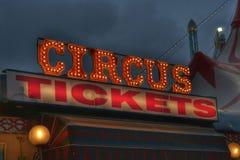 Цирк снабжает неоновую вывеску билетами стоковая фотография