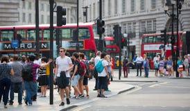 Цирк Piccadilly с сериями людей, туристов и лондонцев пересекая соединение london Великобритания Стоковые Фотографии RF