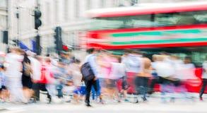 Цирк Piccadilly с сериями людей, туристов и лондонцев пересекая соединение london Великобритания Стоковая Фотография