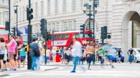 Цирк Piccadilly с сериями людей, туристов и лондонцев пересекая соединение london Великобритания Стоковые Изображения RF