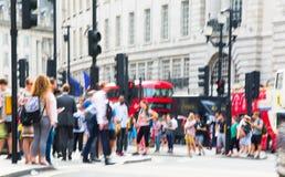 Цирк Piccadilly с сериями людей, туристов и лондонцев пересекая соединение london Великобритания Стоковые Изображения