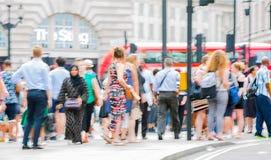 Цирк Piccadilly с сериями людей, туристов и лондонцев пересекая соединение london Великобритания Стоковое фото RF