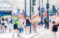 Цирк Piccadilly с сериями людей, туристов и лондонцев пересекая соединение london Великобритания Стоковое Фото