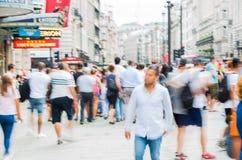 Цирк Piccadilly с сериями людей, туристов и лондонцев пересекая соединение london Великобритания Стоковая Фотография RF