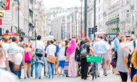 Цирк Piccadilly с сериями людей, туристов и лондонцев пересекая соединение london Великобритания Стоковое Изображение RF