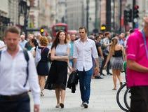 Цирк Piccadilly с сериями людей, туристов и лондонцев пересекая соединение london Великобритания Стоковое Изображение