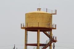 Цистерна с водой покрашенная желтым цветом Стоковое Фото