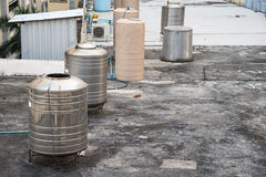 Цистерна с водой на высоких зданиях Стоковое Изображение RF