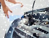 Цистерна с водой windscreen человека заполняя Стоковые Изображения