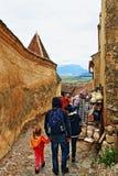 Цитадель Трансильвания Румыния Râşnov туристической достопримечательности деревни улицы булыжника средневековая стоковые изображения rf