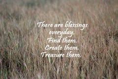 Цитата благословениями вдохновляющая с коричневым падиом выходит предпосылка картины стоковые фотографии rf