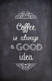 Цитата кофе написанная с мелом на черной доске Стоковая Фотография RF