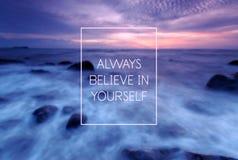 Цитата мотивационных и воодушевленности - всегда верьте в себе стоковое фото rf