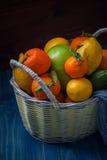 Цитрусовые фрукты в плетеной корзине Стоковое фото RF