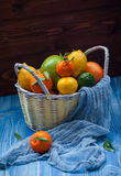 Цитрусовые фрукты в плетеной корзине Стоковое Изображение