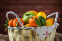 Цитрусовые фрукты в плетеной корзине Стоковые Фото