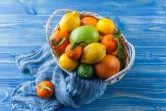 Цитрусовые фрукты в плетеной корзине Стоковое Фото