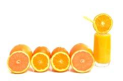 Цитрусовые фрукты в ряд с стеклом апельсинового сока Стоковая Фотография RF