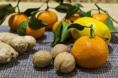 Цитрусовые фрукты, грецкие орехи и имбирь Здоровая и естественная еда стоковые изображения rf